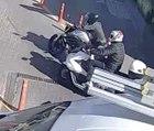 Alışveriş merkezinin otoparkında motosiklet hırsızlığı kamerada