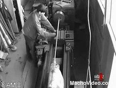 Elbisesini Makineye Kaptırdı