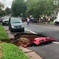 USA: Découvrez les images très impressionnantes d'une voiture soudainement engloutie dans un énorme gouffre en pleine rue !