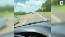 Une grand-mère en fauteuil roulant dans le coffre du pick-up sur l'autoroute... Mamie au grand air