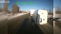 Des routiers russes prennent en chasse une camionnette