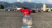 VÍDEO: El Bottle Challenge con un coche y haciendo drift, ver para creer