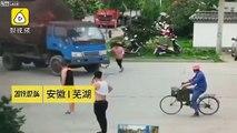 Tentative d'arnaque à l'assurance, cette piétonne se jette sous un camion.. au ralenti !