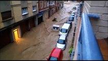 Coches arrastrados en las calles de Tafalla por las inundaciones