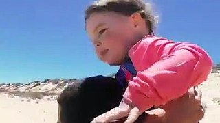 Il sauve une tortue retournée sur la plage