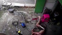 Un homme s'électrocute avec un nettoyeur haute pression et s'en sort avant qu'il ne soit trop tard