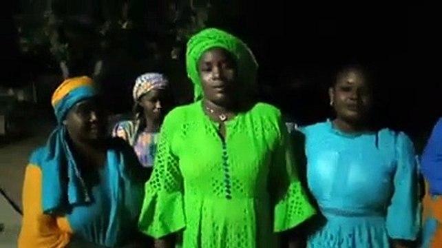 Des femmes Aperistes frustrées devant la porte de la 1ere Dame
