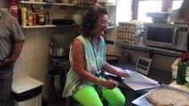 Le travail de la pâte pour enrouler le rôti de boeuf