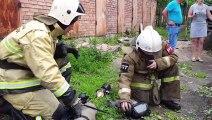 Russie: Regardez ces pompiers réanimer un chat retrouvé inconscient sur le lieu d'un incendie après 10 minutes d'efforts