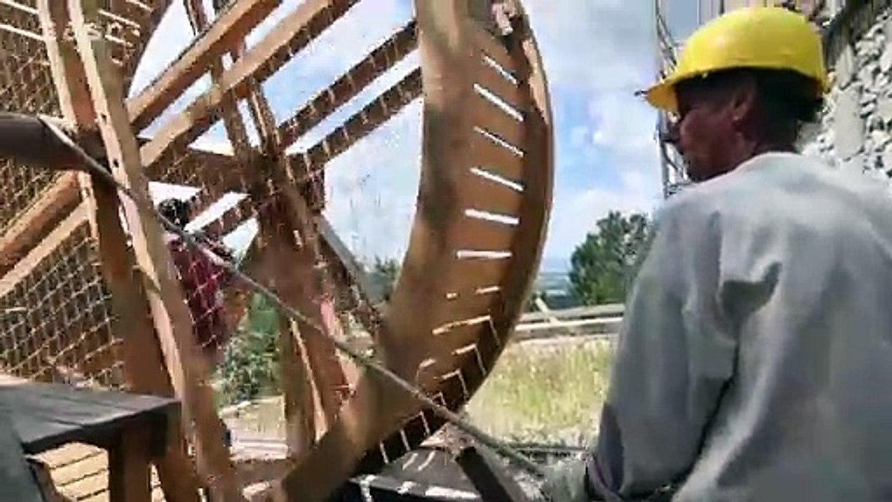Vinné: K obnove hradu používajú dobový šliapací žeriav