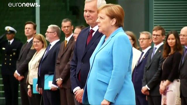 Merkel bir kez daha kameralar önünde nöbet geçirdi