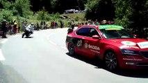 Les coureurs du Tour ont grimpé le col de Saales. Avec trois cyclistes en légère échappée.
