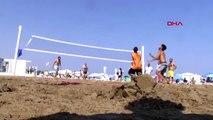 Mersin plajları voleybol turnuvası ile şenlendi
