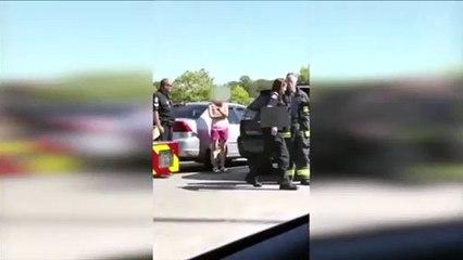 Ela deixa os filhos trancados no carro durante 20 minutos. Quando ela voltar...