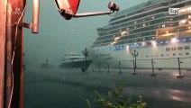 Venise  un navire de croisière géant a heurté un quai et a semé la panique