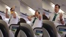 Il déclenche des fous rires en mimant les consignes de sécurité en avion