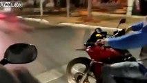 Roue avant en moto : un policier surgit et l'arrête !
