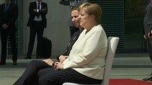 Merkel: Militärische Ehren im Sitzen