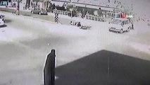 Minibüs ile motosikletin çarpıştığı kaza güvenlik kamerasında