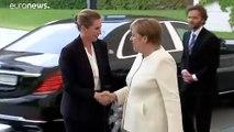 En pleine cérémonie, Angela Merkel préfère s'asseoir