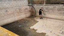 Il tente de sauver un jeune fennec coincé sur un chantier