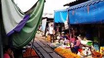 Un marché Thailandais au milieu d'une voie de chemin de fer. Attention au train