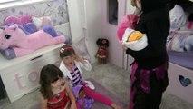 Moana Disney - Fazendo um Teatro - Malévola rouba o bebê da Doutora Brinquedos com Sophia, Isabella e Alice