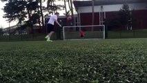 Gardien de but assommé à l'entre jambe par le rebond de la balle sur la cage !