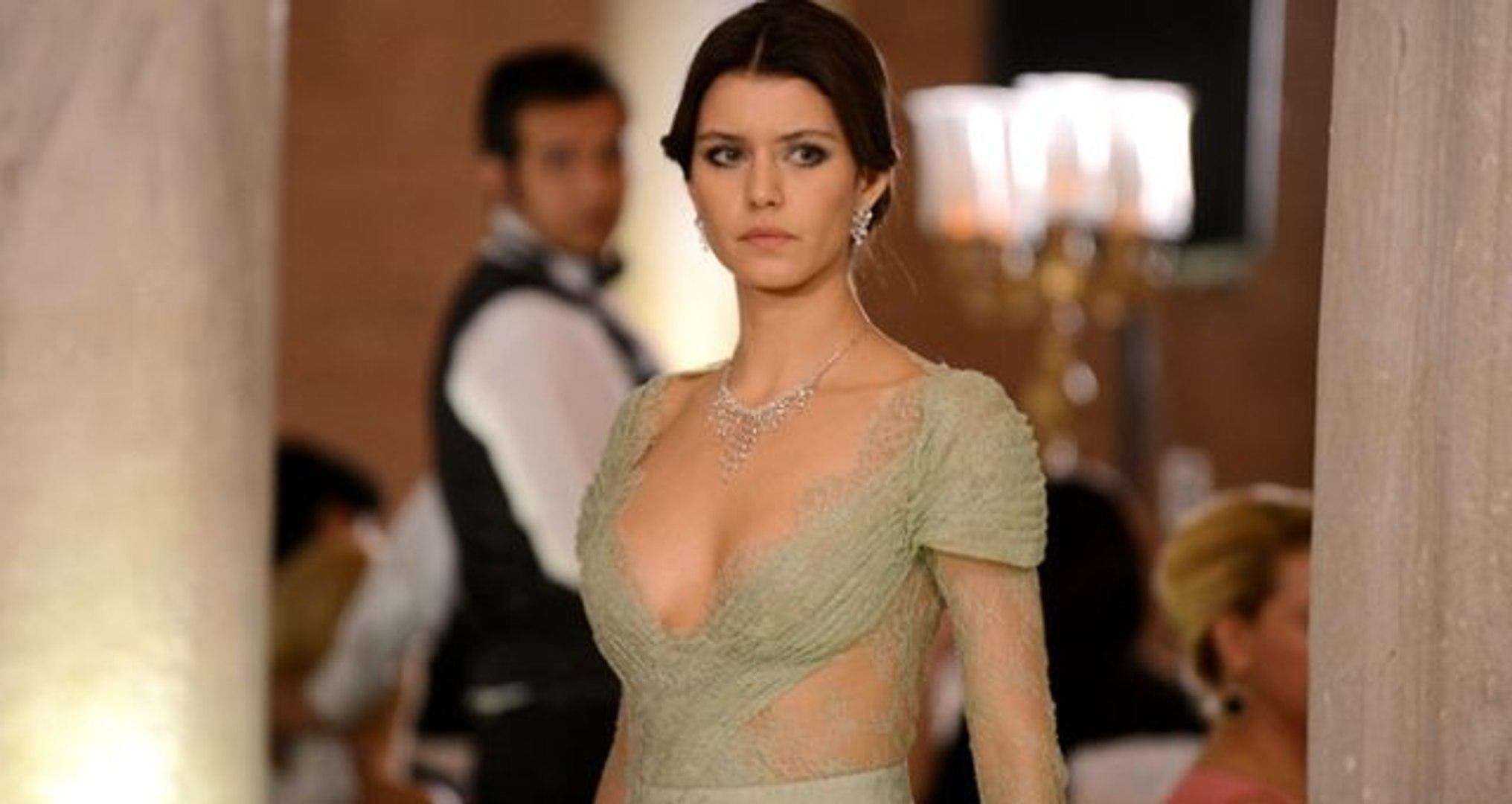 Güzel oyuncu Beren Saat kıyafetinin azizliğine uğradı! Fotoğraf sosyal medyayı ikiye böldü