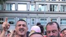 """Miquel graba desde su móvil a un manifestante que les increpa: """"CiudaVox""""."""