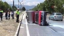 Manisa'da kamyonet devrildi, 2 ton süt yola döküldü