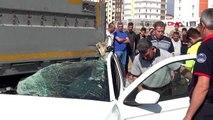 TIR'a çarpan otomobilin, 16 yaşındaki sürücüsü yaralandı