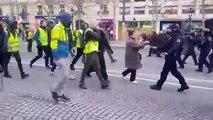 Un CRS se prend un coup de pied dans la tête par un gilet jaune sur les Champs-Elysées
