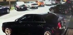 Un homme tombe du haut d'un immeuble et s'écrase sur une voiture