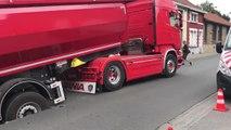 Cuesmes: à cause d'une fuite d'eau, un camion s'est enfoncé dans la route (Vidéo JC)