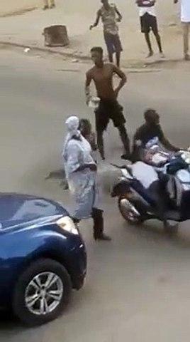 """Il prend sa douche en pleine rue après la victoire des """"lions"""""""