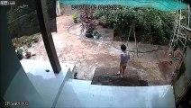 2 enfants cassent le portail du jardin qui tombe à la renverse !