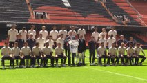 El rey, sobre el césped de Mestalla con jugadores y directivos del Valencia