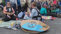 Grupo ecologista corta el tráfico en Londres durante una protesta contra la crisis climática