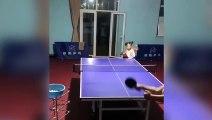 Cette petite fille est une championne du tennis de table