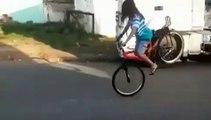 Une fille rate sa roue avant à vélo mais ce n'était pas de sa faute !