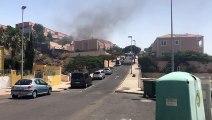 Los bomberos trabajan en sofocar un incendio en una vivienda en El Rosario