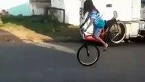 Une fille à vélo fait une roue et c'était presque parfait !!!!!!!!