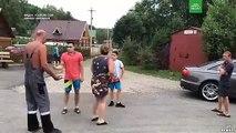 Un russe pas content détruit la maison de ses voisins à coup de tractopelle