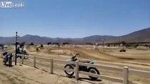 Saut en motocross : il se rate sur une bosse !