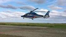 Les pales de cet hélicoptère en vol semblent être immobiles