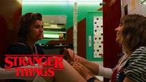 Stranger Things Saison 3 Extrait - Steve et Robin dans les toilettes (2019) Netflix