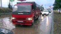 Afyonkarahisar'da yol üzerinde biriken su uzun araç kuyrukları oluşturdu