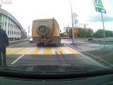 Marche arrière d'un camion.. qui grimpe sur la voiture de derrière !