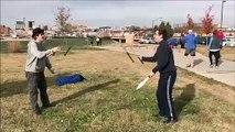 Quand deux jongleurs de couteaux se font surprendre en plein entrainement... Douloureux